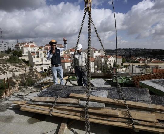 أحد أسباب ارتفاع عجز الحساب الجاري هو الانخفاض في تعويضات الفلسطينيين العاملين في الأراضي المحتلة عام 1948
