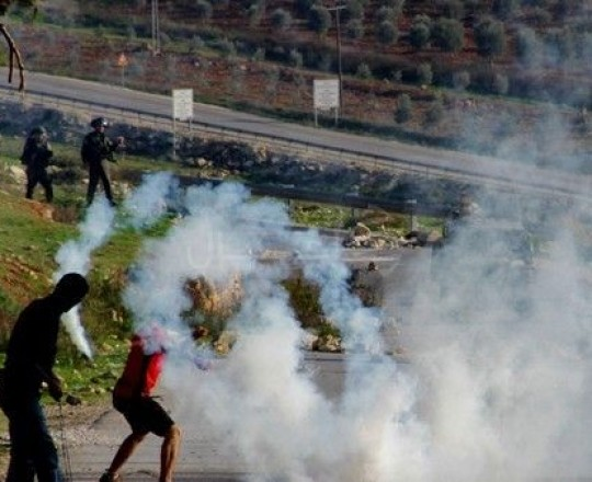 أرشيف: الاحتلال يقمع تظاهرة لشبان فلسطينيين