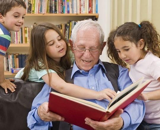 تقول الدراسة إن الأجداد والجدّات الذين يساعدون من فترة إلى أخرى برعاية الأحفاد يعيشون لفترة أطول بخمس سنوات على الأقل