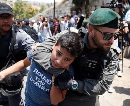 قوات الاحتلال تعتقل طفلًا فلسطينًا- ارشيف