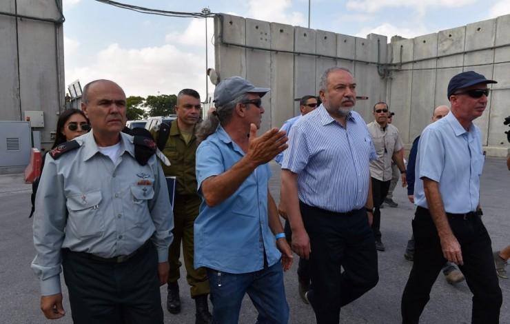 ليبرمان خلال زيارته لمعبر كرم أبو سالم (أرشيف)