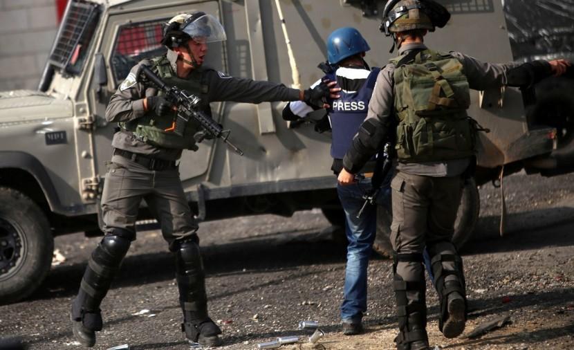 الاحتلال يحتجز عددا من الصحفيين في قرية التوانة جنوب الخليل ويعتقل شاباً من القدس
