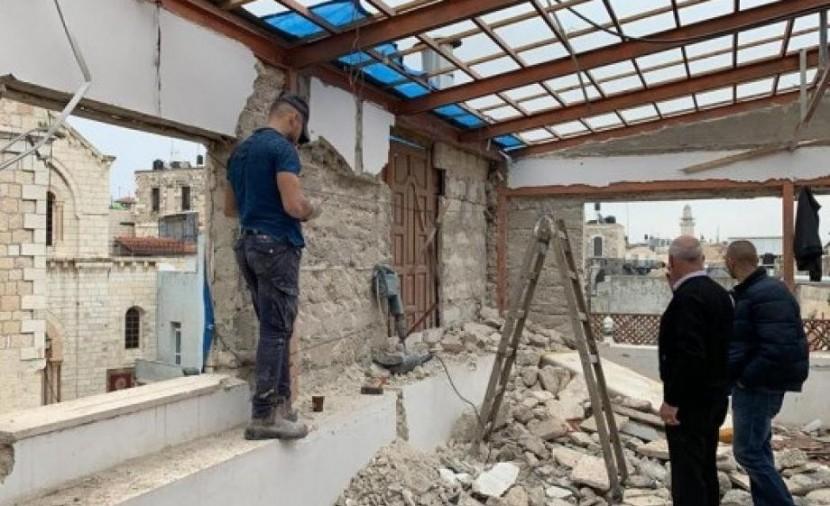الاحتلال يخطر بوقف العمل في معرش بالأغوار الشمالية