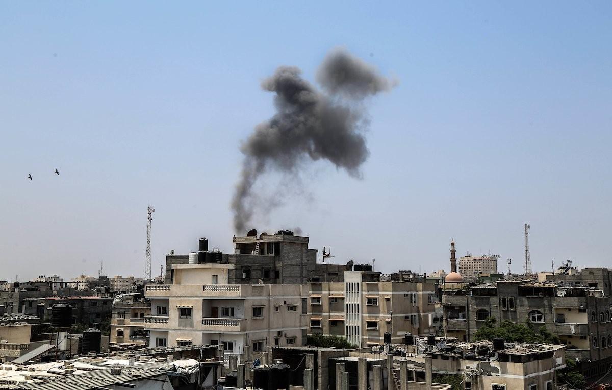 القصف الذي استهدف أرضًا خالية في رفح جنوب قطاع غزة - تصوير محمود سالم.jpg