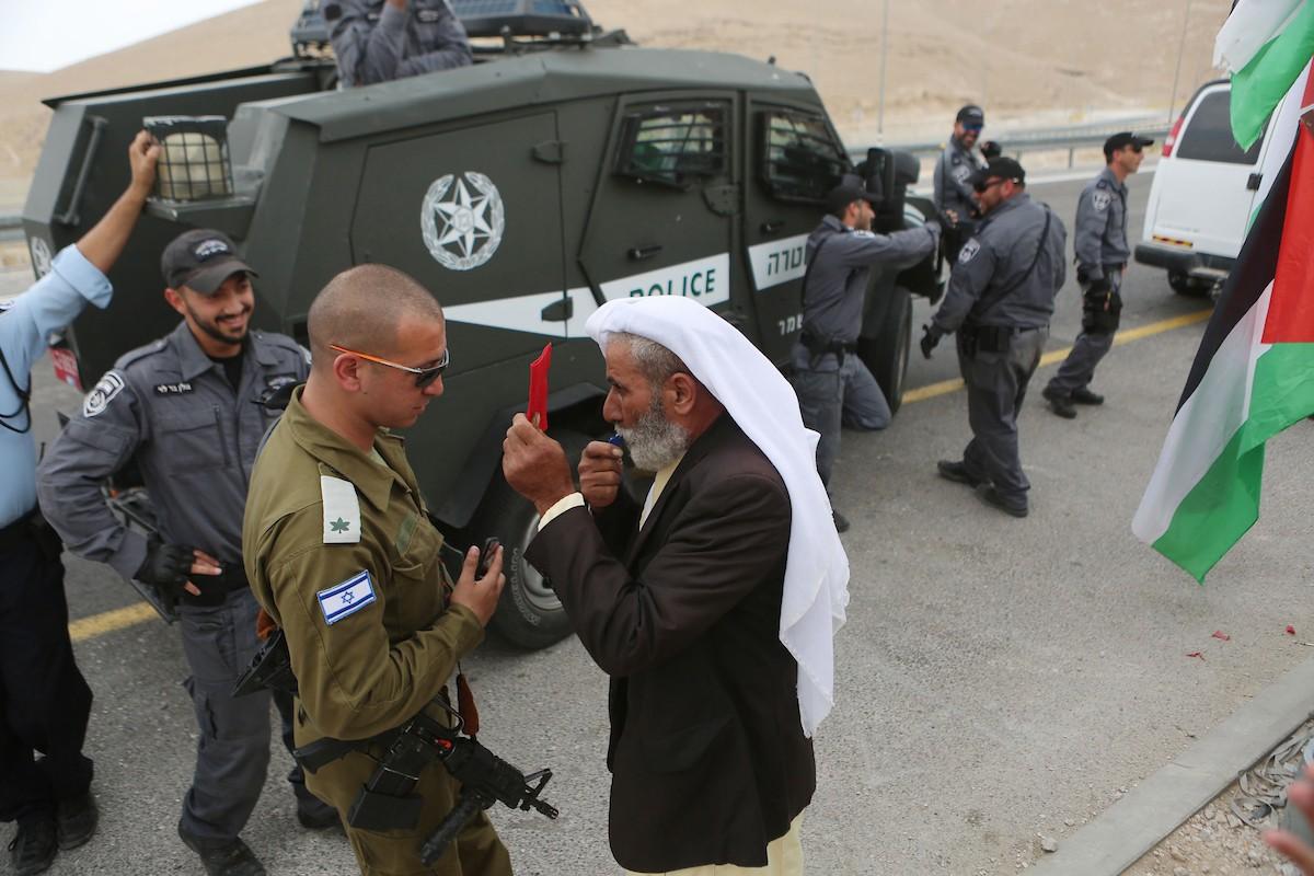 قوات الاحتلال تعتدي على المشاركين في مسيرة الخان الأحمر (2).jpg