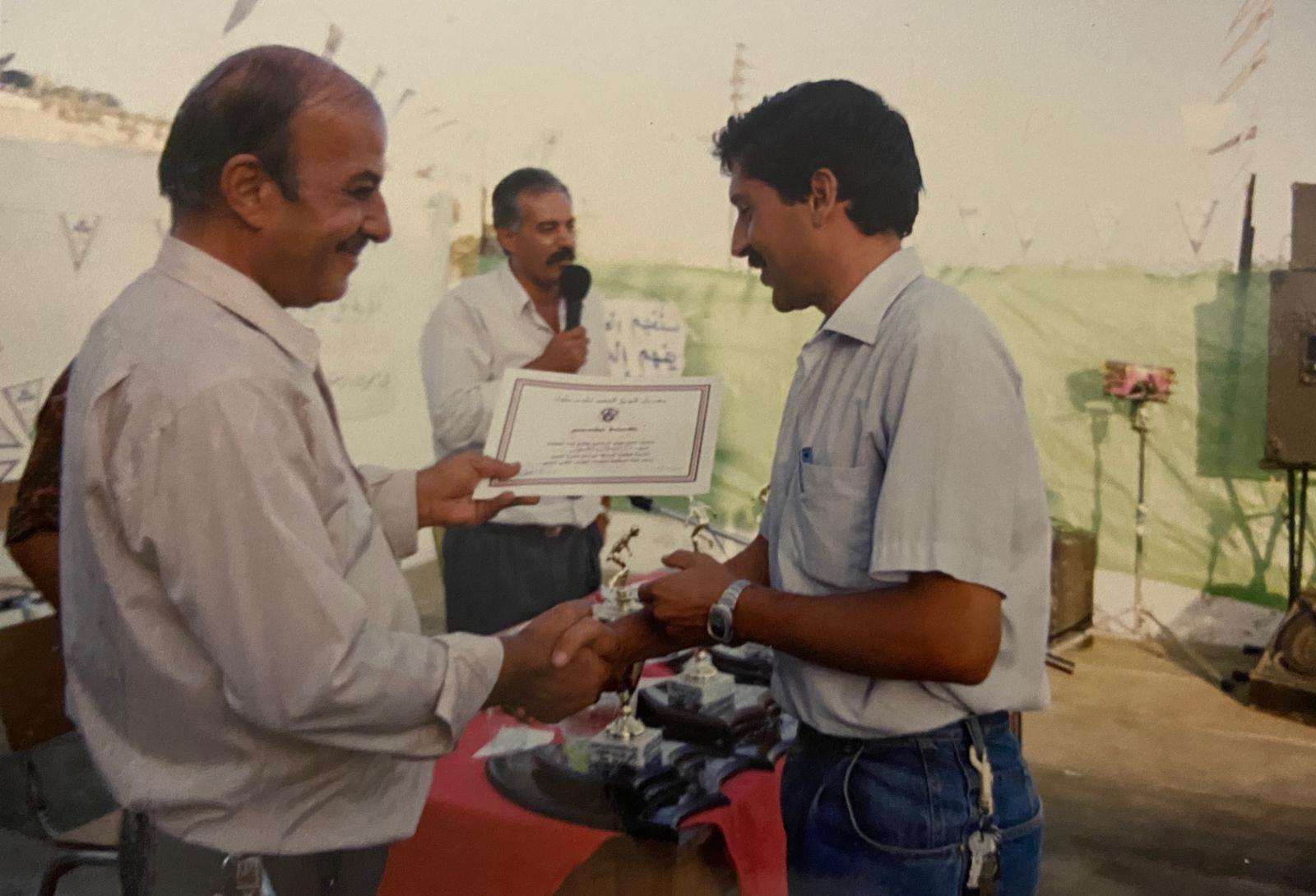 (صورة الغول مع المناضل مراغة خلال الاحتفال باليوبيل الفضي عام 1992)