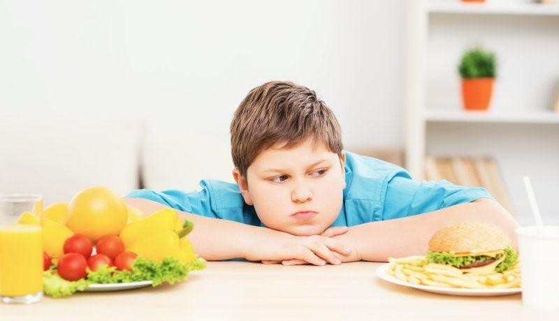 طفل بدين تغذية أطفال.jpg