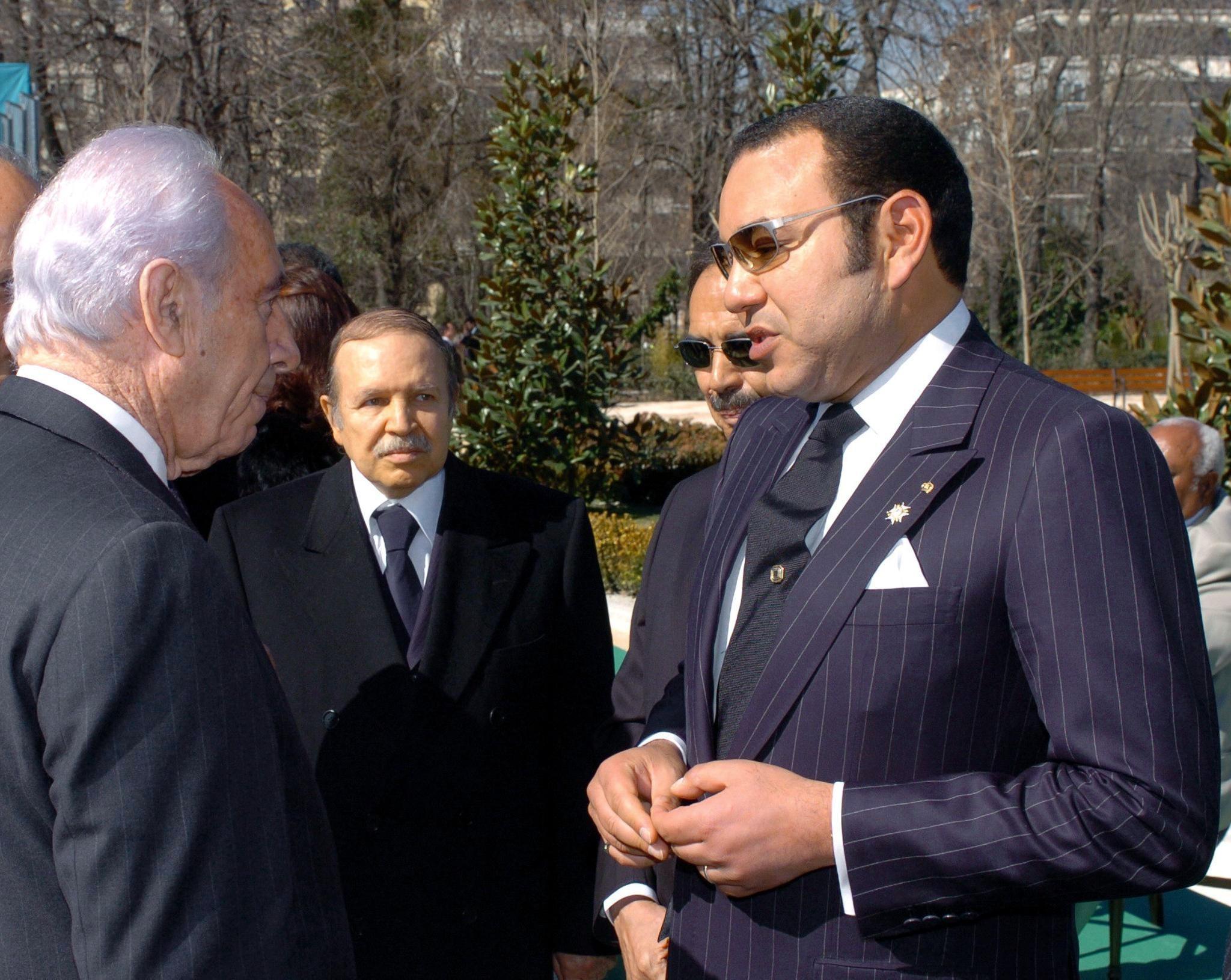 ملك المغرب محمد السادس يجري محادثات مع نائب رئيس وزراء الاحتلال شيمون بيريز، ويظهر رئيس الجزائر السابق عبد العزيز بوتفليقة، في مارس 2005.jpg