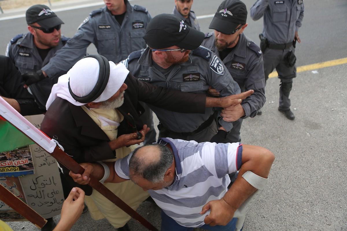 قوات الاحتلال تعتدي على المشاركين في مسيرة الخان الأحمر (4).jpg
