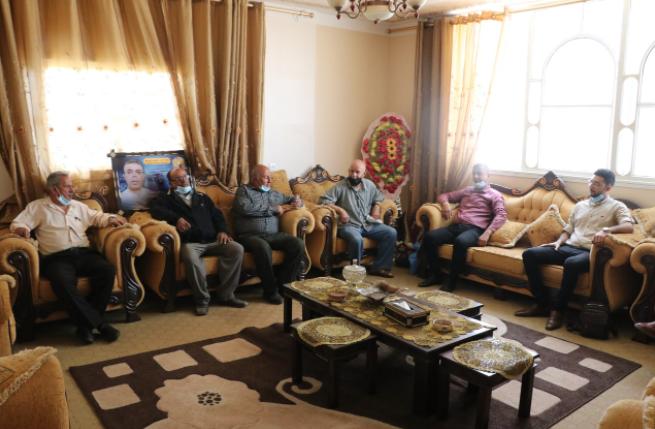 لجنة الأسرى بالشعبية تزور عوائل الأسرى في قطاع غزة (8).PNG