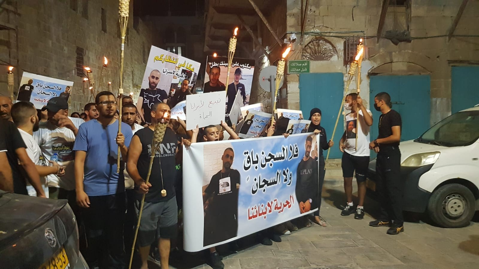 مسيرة مشاعل في مدينة عكا تضامنًا مع معتقلي هبّة القدس   (4).jpg