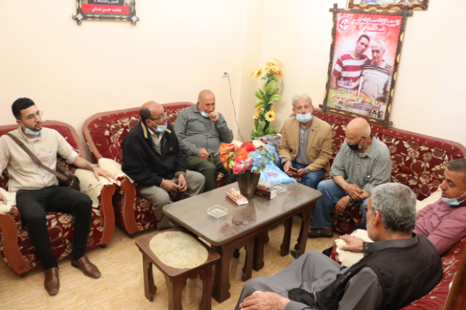 لجنة الأسرى بالشعبية تزور عوائل الأسرى في قطاع غزة (4).PNG
