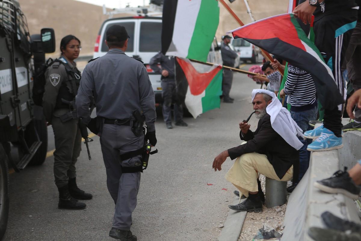 قوات الاحتلال تعتدي على المشاركين في مسيرة الخان الأحمر (3).jpg