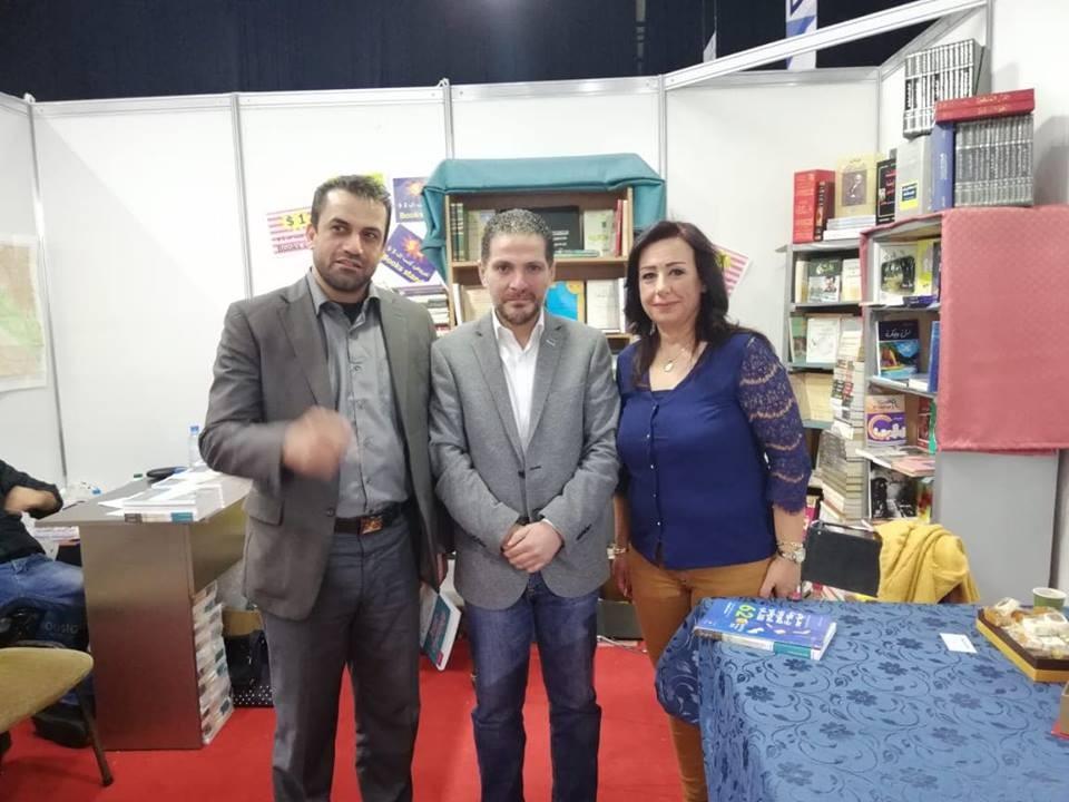 انتصار الدنان توقيع كتاب.jpg