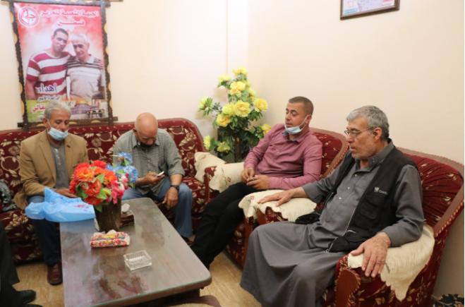 لجنة الأسرى بالشعبية تزور عوائل الأسرى في قطاع غزة (3).PNG