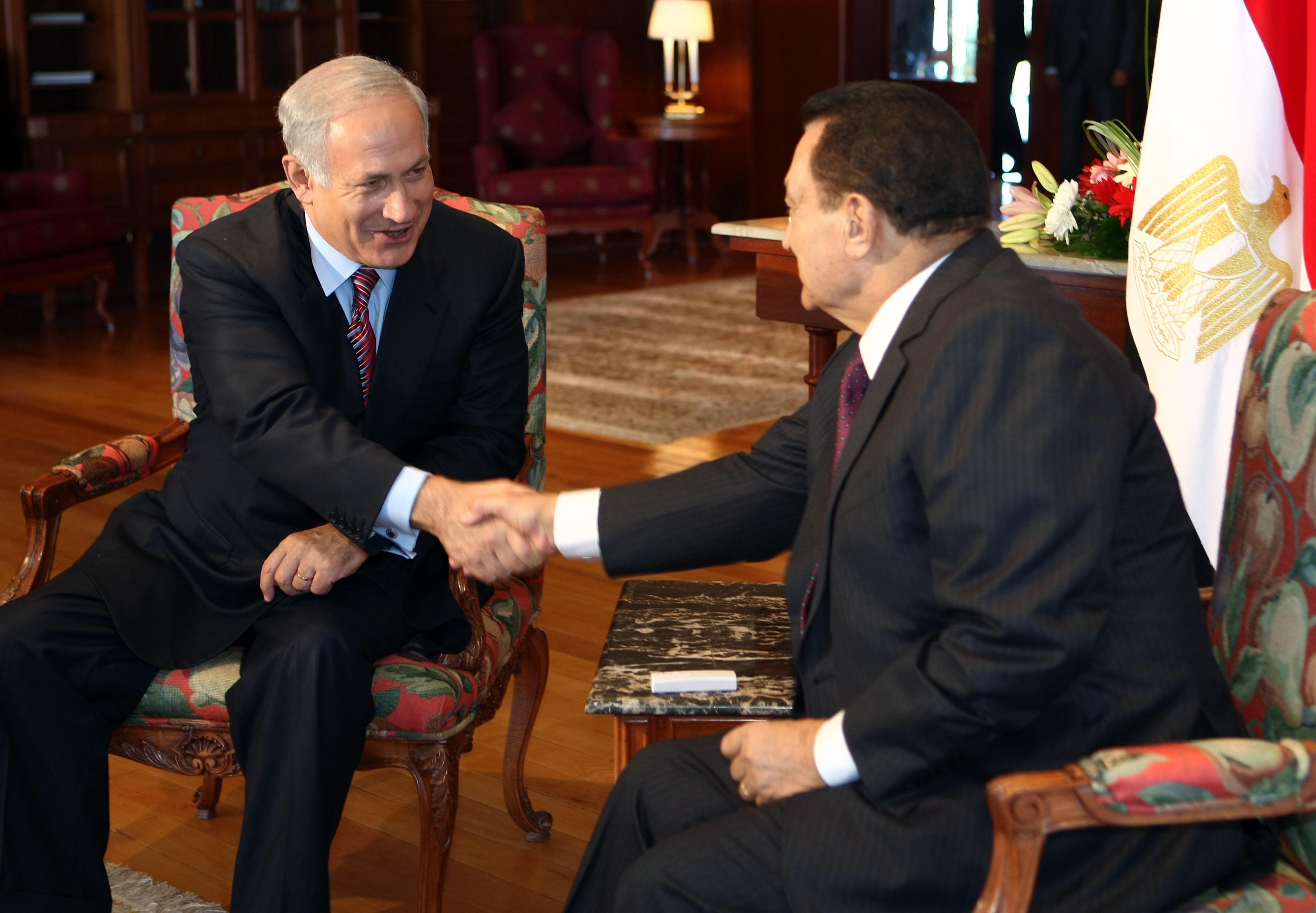الرئيس المصري الأسبق حسني مبارك يصافح رئيس وزراء الاحتلال بنيامين نتنياهو، خلال اجتماع في شرم الشيخ مايو 2009.jpg