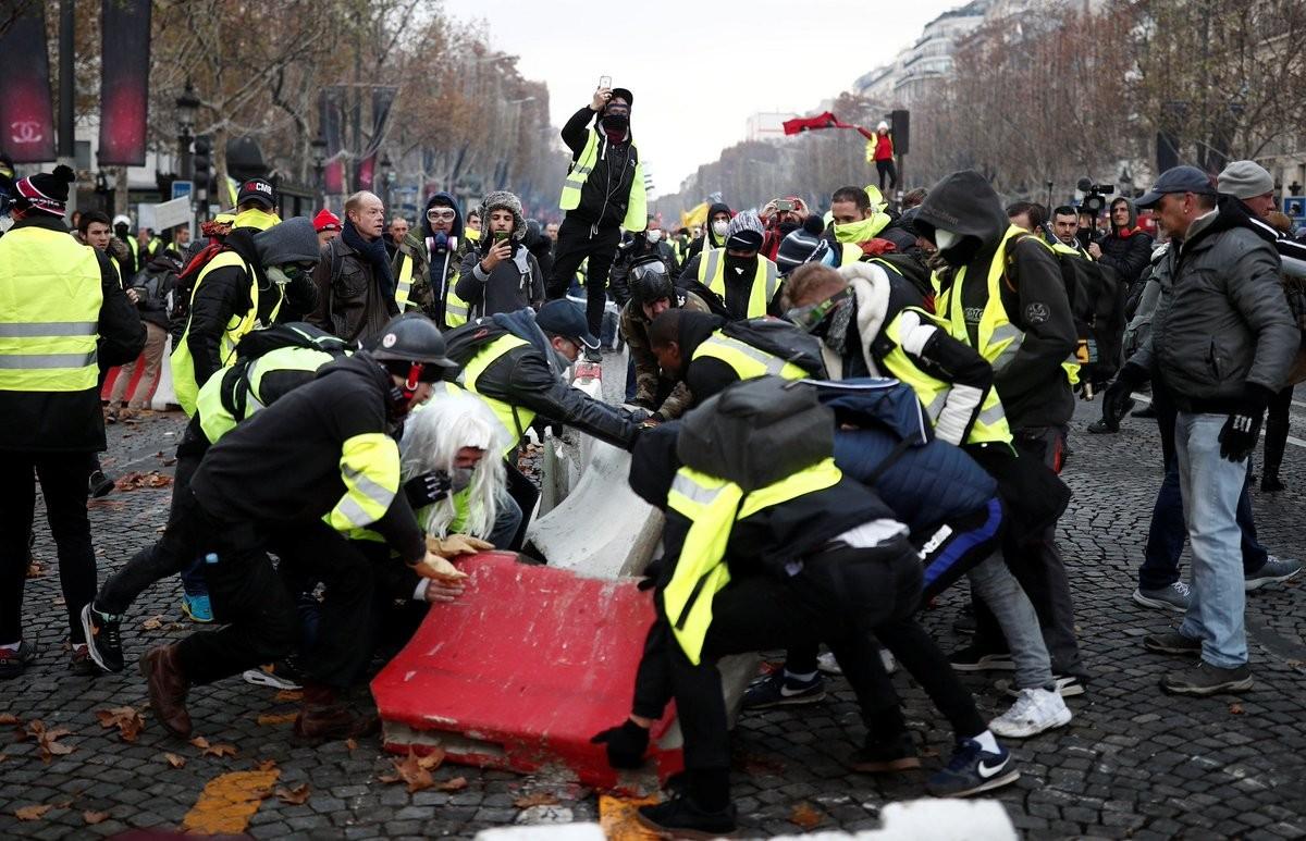 احتجاجات في فرنسا ضد سياسات ماكرون  (1).jpg