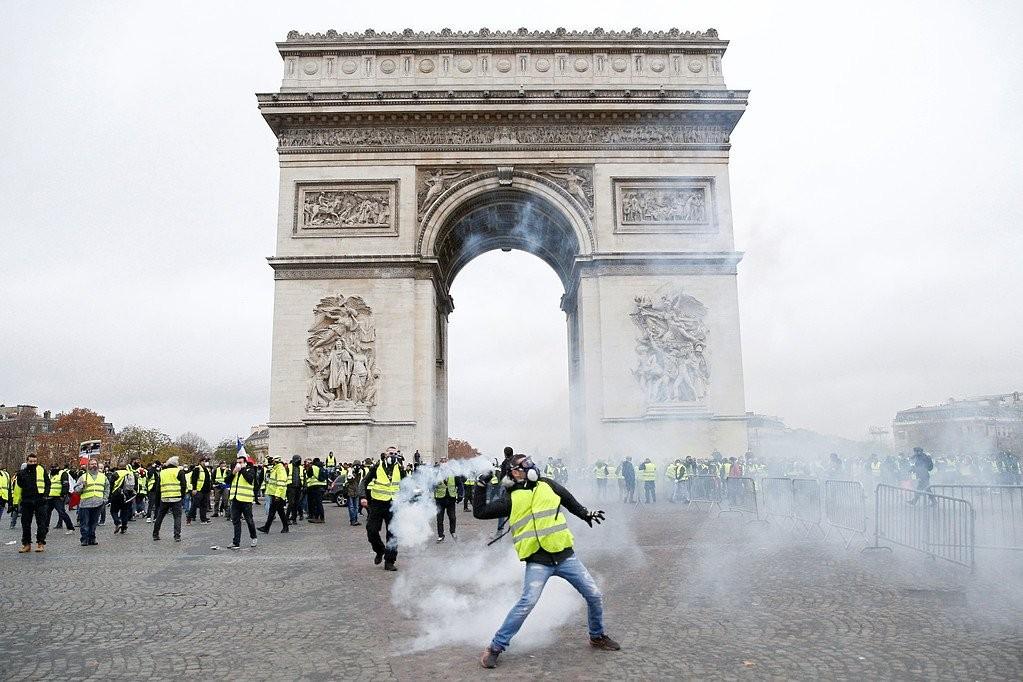 الشرطة الفرنسية السترات الصفراء احتجاجات فرنسا  (1).jpg