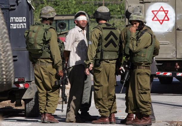 قوات الاحتلال تعتقل شابًا من بيت أمر بالخليل